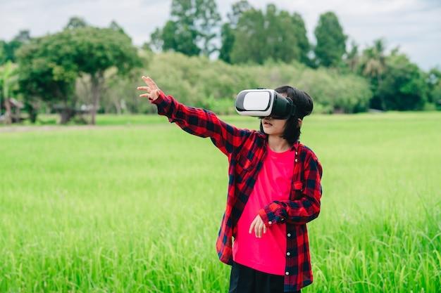 Dzieci noszące okulary wideo wirtualnej rzeczywistości i radosne w pięknym tle przyrody