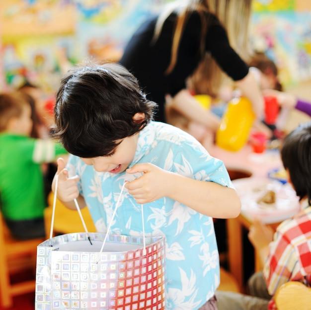 Dzieci obchodzi urodziny w przedszkolu plac zabaw dla dzieci