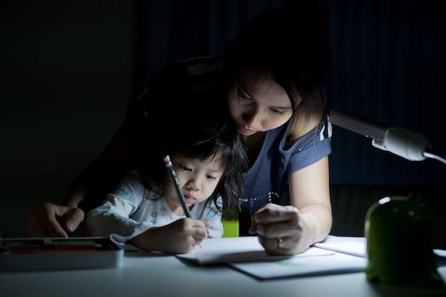 Dzieci odrabiające lekcje