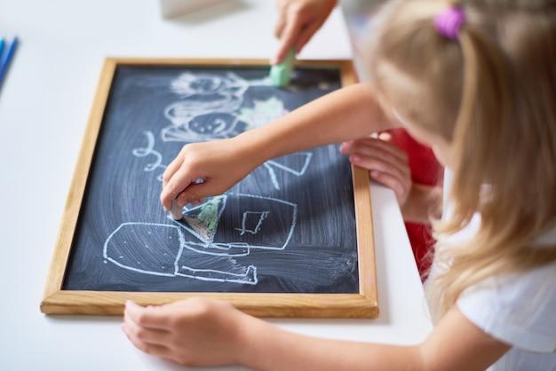 Dzieci owinięte rysunkiem
