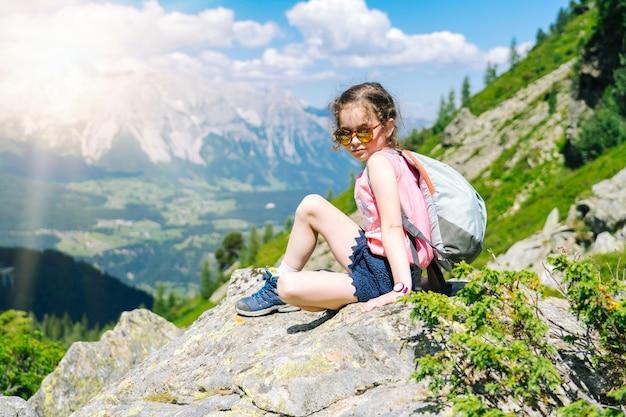 Dzieci piesze wycieczki w piękny letni dzień w górach alp