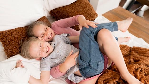 Dzieci pod dużym kątem w łóżku