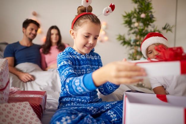 Dzieci podczas otwarcia prezentów świątecznych