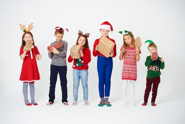 Dzieci podekscytowane prezentami świątecznymi