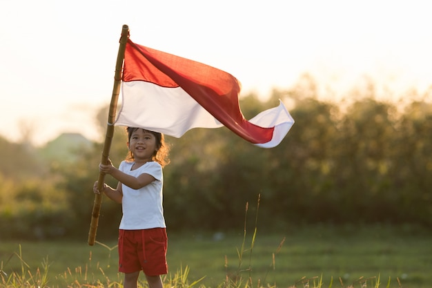Dzieci podnoszące flagę indonezji