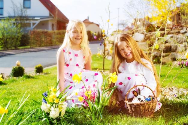 Dzieci polujące na jajka wielkanocne z króliczkiem