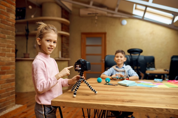 Dzieci przygotowują aparat do tłumaczenia, mali blogerki. blogowanie dzieci w domowym studio, media społecznościowe dla młodych odbiorców, transmisja internetowa w internecie