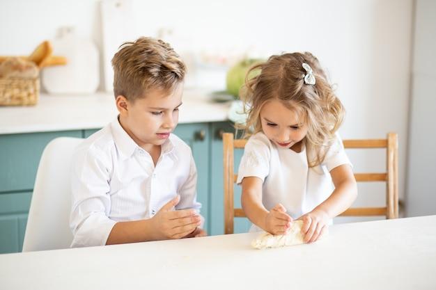 Dzieci przygotowują ciasto w domu