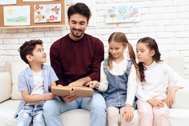 Dzieci razem czytają książkę razem.