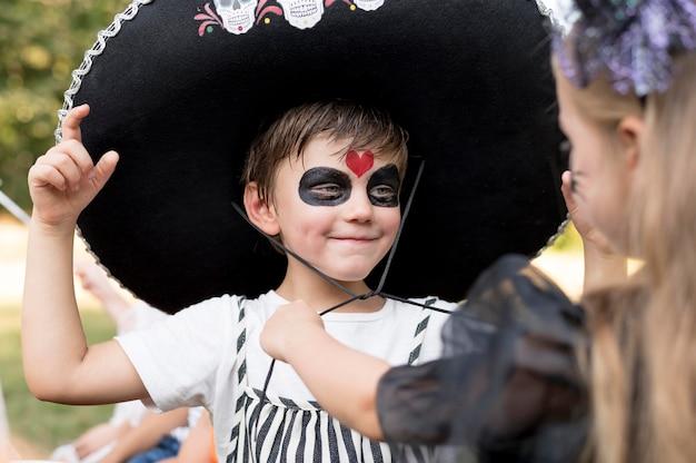 Dzieci razem świętują halloween