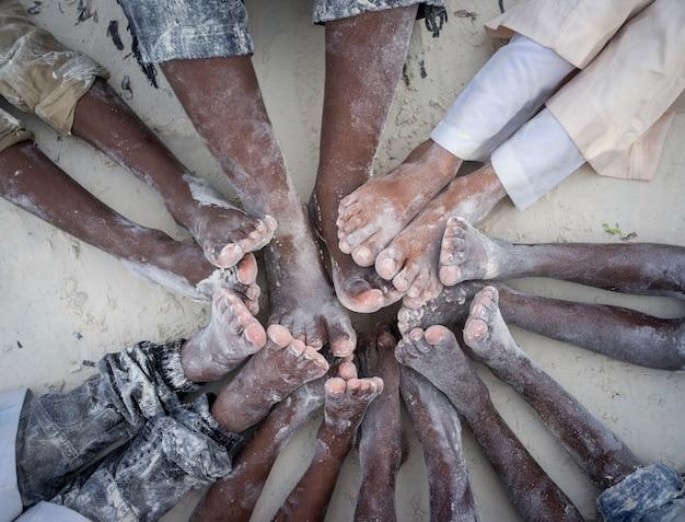 Dzieci ręce i stopy razem w kręgu