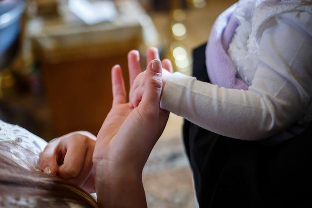 Dzieci ręka w rękę mamy