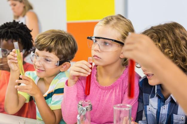 Dzieci robią eksperyment chemiczny w laboratorium