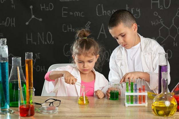 Dzieci robią eksperymenty w laboratorium