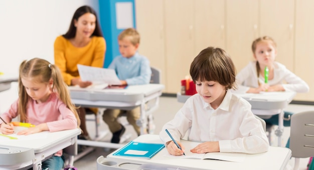 Dzieci robią notatki w klasie