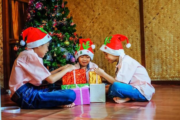 Dzieci robią pudełko na świąteczny festiwal.