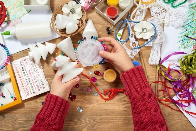 Dzieci robią rękodzieło i zabawki choinkowe i inne