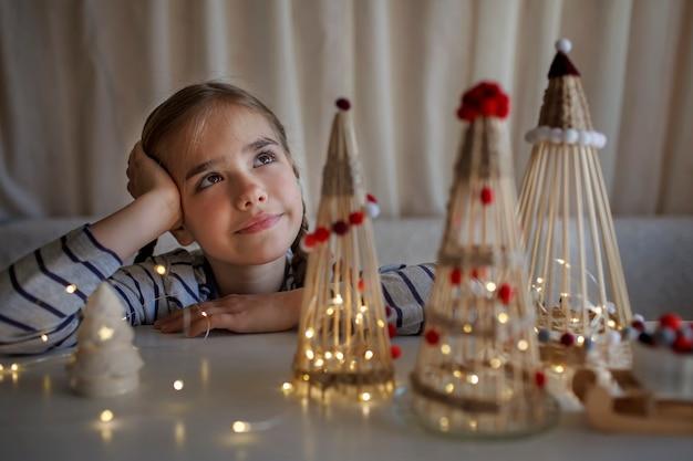 Dzieci robią rzemieślnicze choinki z bambusowych patyczków wielokrotnego użytku ozdoba diy noworoczna dekoracja