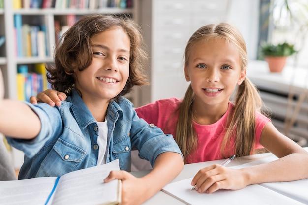 Dzieci robiące selfie w bibliotece