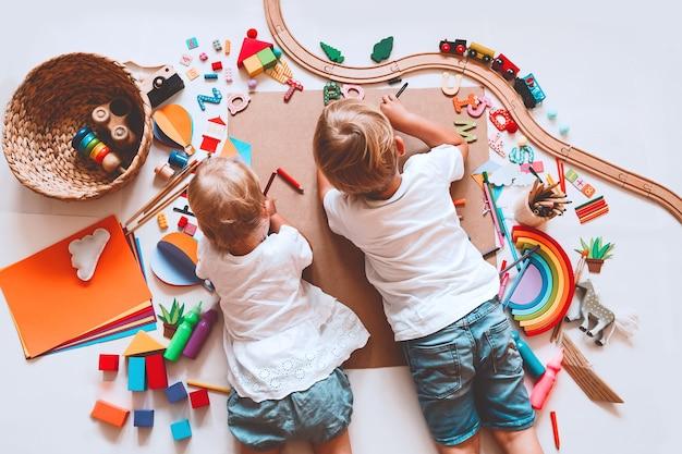 Dzieci rysują i tworzą tło rzemieślnicze do przedszkola i przedszkola lub zajęć plastycznych