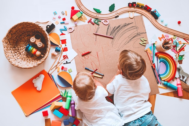 Dzieci rysują i wykonują rękodzieło dzieci z edukacyjnym przedszkolem i przedszkolem lub zajęciami plastycznymi