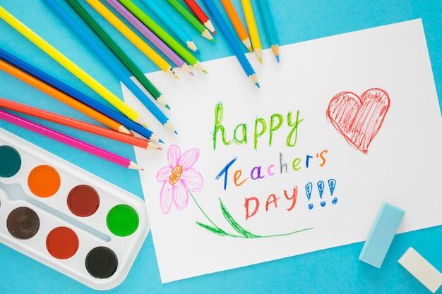 Dzieci rysują koncepcję dnia szczęśliwego nauczyciela