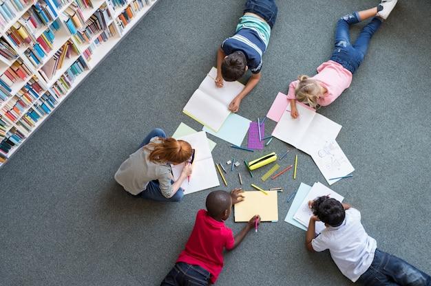 Dzieci rysujące w bibliotece
