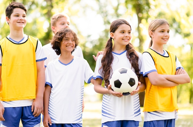Dzieci są gotowe do gry w piłkę nożną