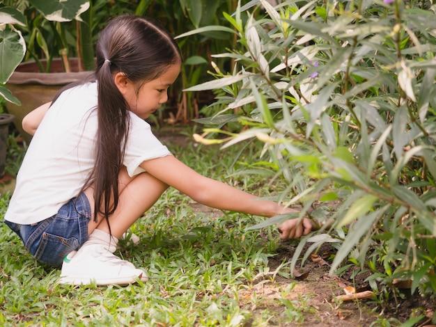 Dzieci są w ogrodnictwie roślin
