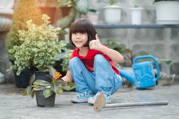 Dzieci sadzą drzewa na tle przyrody, szczęśliwa azjatycka dziewczyna