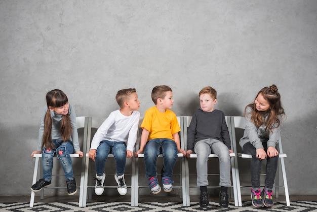 Dzieci siedzące razem