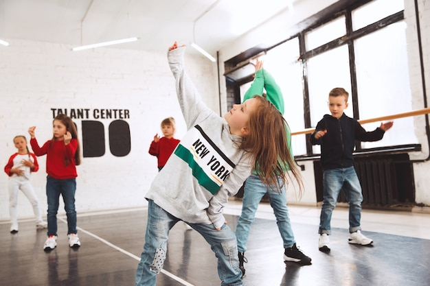 Dzieci siedzące w szkole tańca. koncepcja tancerzy baletowych, hiphopowych, ulicznych, funky i nowoczesnych
