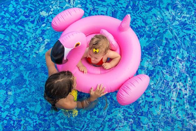 Dzieci siostry pływają w basenie. selektywne skupienie. dziecko.