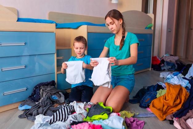 Dzieci składane ubrania w sypialni