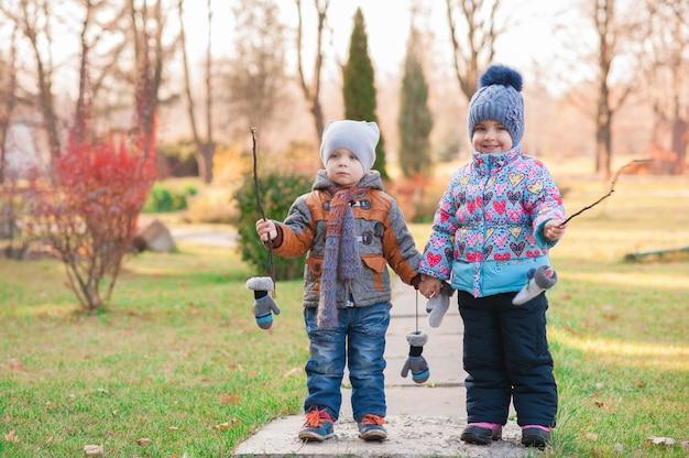 Dzieci spacerują po parku