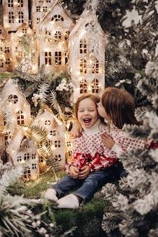 Dzieci stojące na górnym poziomie dekoracji świątecznej