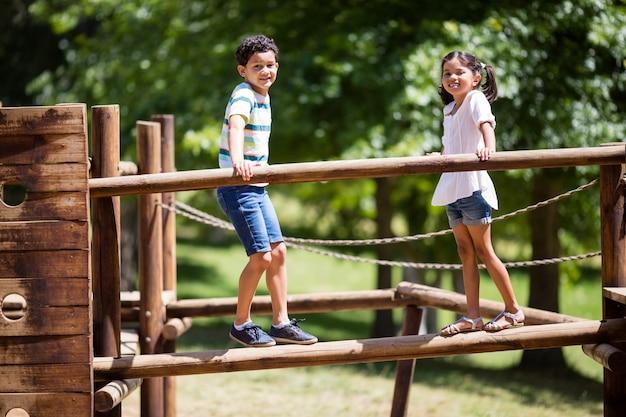 Dzieci stojące na placu zabaw jeździć w parku