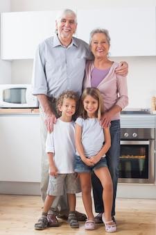 Dzieci stojące z dziadkami w kuchni