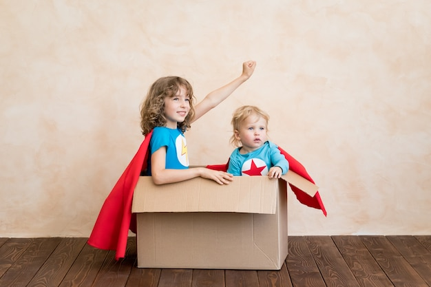 Dzieci superbohaterów bawiące się w domu