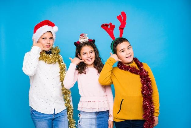 Dzieci świętują dzień crhistmas robiąc wyrażenia