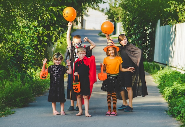 Dzieci świętują halloween przebrane w kostiumy. selektywne skupienie. dzieci.