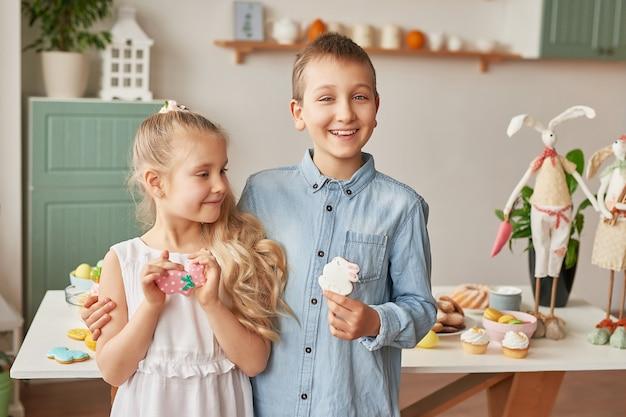 Dzieci świętują wielkanoc z jedzeniem