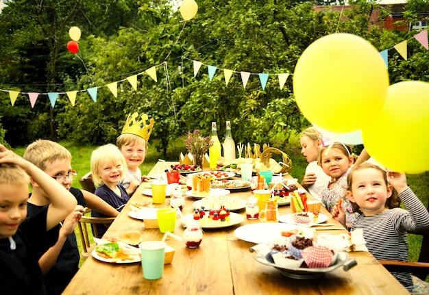 Dzieci świętuje na przyjęciu urodzinowym