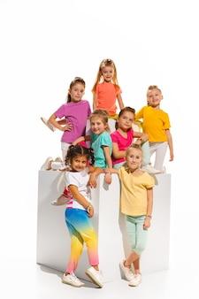 Dzieci tańczą w szkole baletowej hiphopowej ulicy funky i nowoczesnych tancerzy na białym tle studyjnym