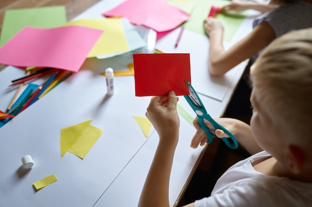 Dzieci tną kolorowy papier, dzieci w szkole artystycznej