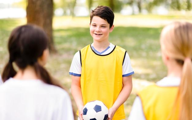 Dzieci trenujące razem do meczu piłki nożnej