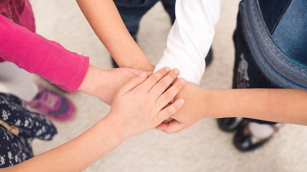 Dzieci trzymają rękę w grupie