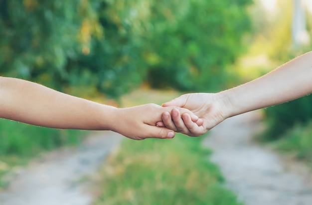 Dzieci trzymają się za ręce. ludzie