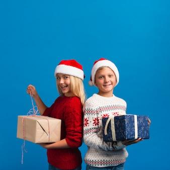 Dzieci trzymając prezenty miejsca kopiowania