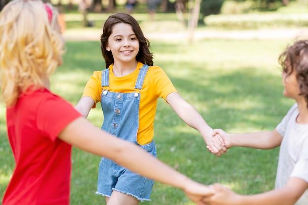 Dzieci trzymając się za ręce